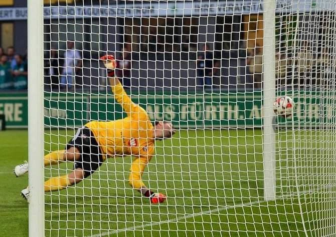 Raphael Schäfer vom 1. FC Nürnberg kassiert ein Tor