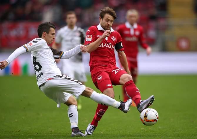 St. Paulis Waldemar Sobota im Zweikampf mit Daniel Halfar vom 1. FC Kaiserslautern.