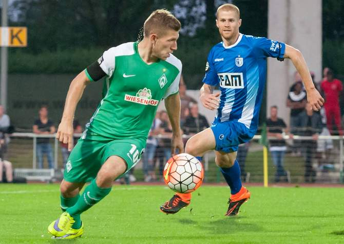 Levent Aycicek von Werder Bremen  gewinnt Zweikampf