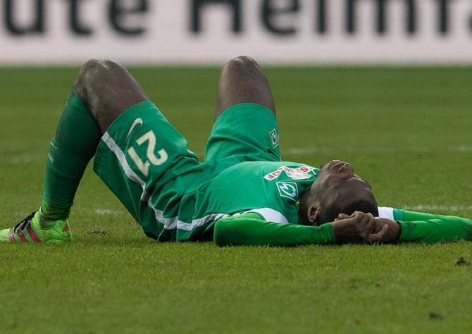 Anthony Ujah von Werder Bremen am Boden