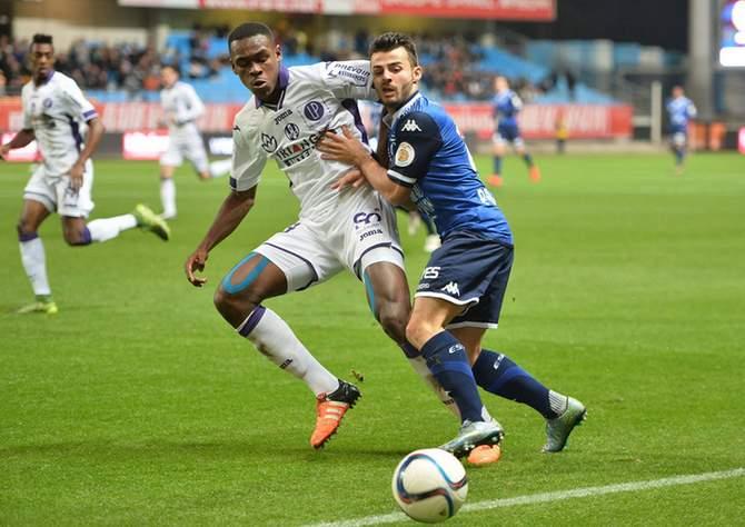 Issa Diop vom FC Toulose gewinnt einen Zweikampf